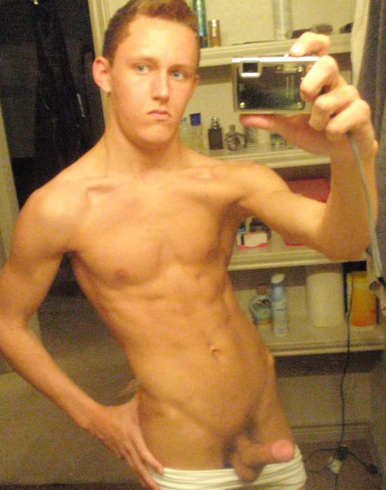Muscled Dude Enjoy Posing Naked On Cam