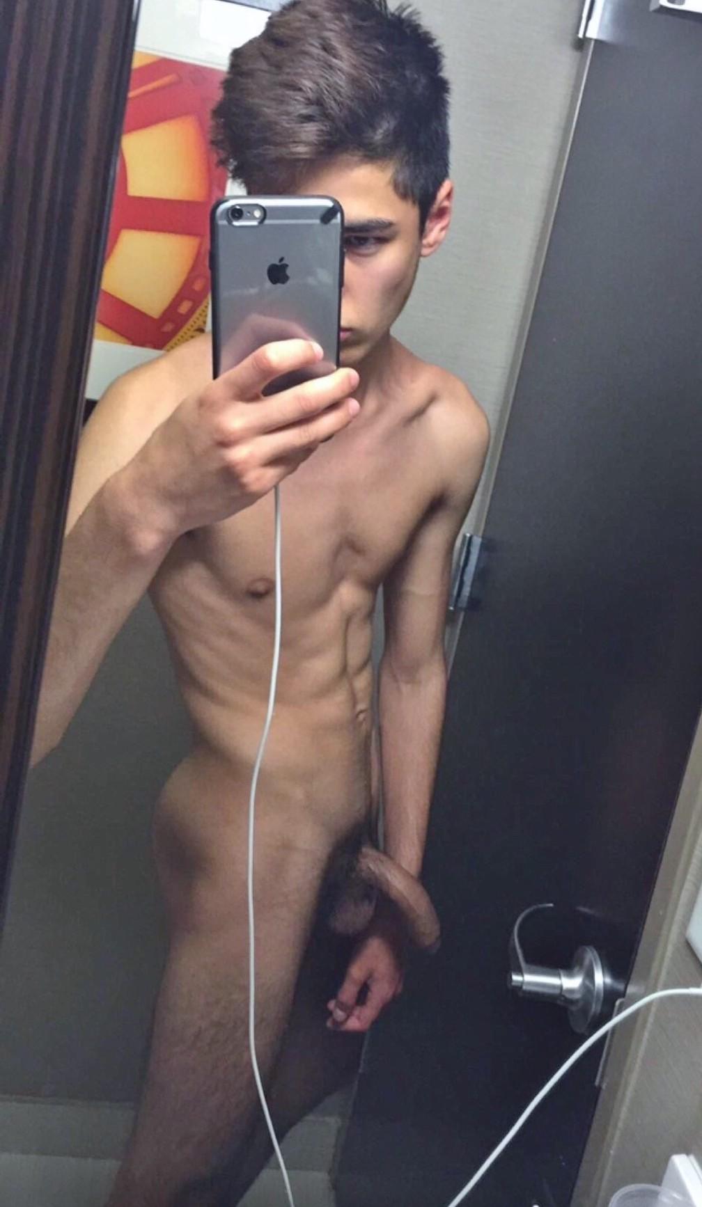 Nude twink selfie